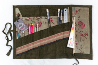 Sivellinrulla Artist Tool Roll Green Pink Flowers